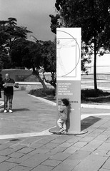 2019-♈-294 (ruggeroranzani_RR) Tags: analog blackandwhite 35mm film fomapan200 fomadonexcel leicam6 ernstleitzwetzlarsummicronf5cm12 people child man advertisingposter venice