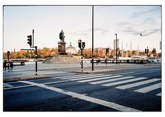 (schlomo jawotnik) Tags: 2019 oktober stockholm schweden zebrastreifen fusgängerüberweg ampel statue passanten boote bäume herbst asphalt film analog kodak kodakproimage100 usw