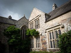 Cornwall 2019: Manor façade (mdiepraam) Tags: cornwall 2019 cotehele nationaltrust building architecture manor façade courtyard sky clouds