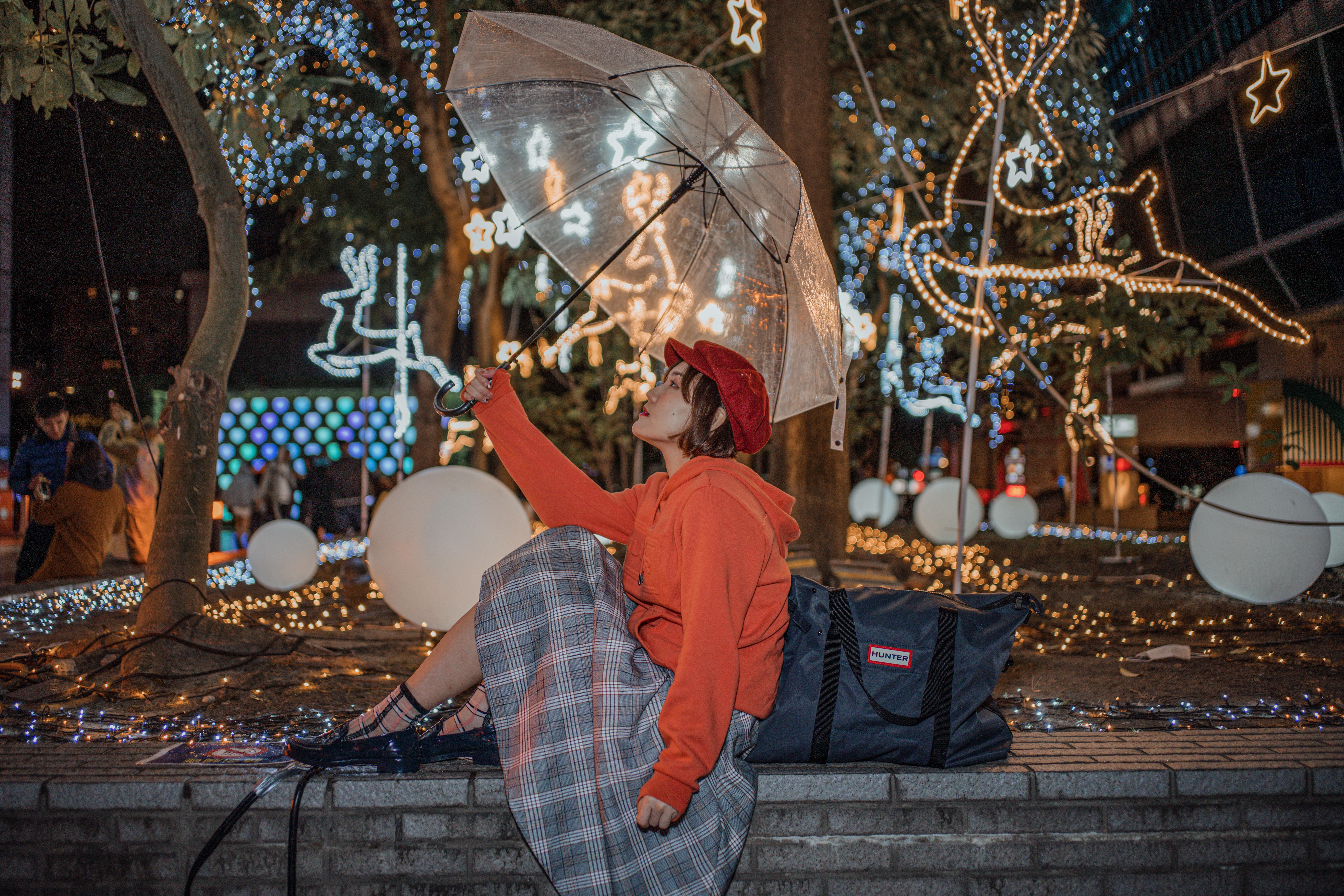 HUNTER 雨鞋穿搭|來自英國皇室認證的百年品牌|防水包款/雨鞋/ 帽T穿搭 HUNTER 連帽上衣 / 橘紅
