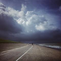 storm approaching ⛈ (Jos Mecklenfeld) Tags: sea meer zee northsea nordsee noordzee thunderstorm gewitter onweer bui storm wolken clouds dike deich dijk huisduinen noordholland netherlands niederlande nederland