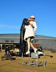 The VJ Kiss (davids pix) Tags: peace kiss sculpture portsmouth royal navy dockyard george mendonsa greta friedman alfred eisenstaedt waorl war vj day 2019 03122019