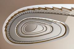Golden Eye (michael_hamburg69) Tags: hamburg germany deutschland stairs treppe wendeltreppe staircase treppenhaus 1959 photowalkmitelbmaedchen unterwegsmitjutta 50s fünfzigerjahre