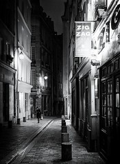 Zig Zag (christiandumont) Tags: monochrome streetphotography streetphoto streetlife street blackandwhite blackwhite bw nb night nuit noiretblanc paris x100f fujifilm streetparis