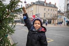 Une Lumière un Citoyen (villenevers) Tags: boules ampoules lumière citoyen ddp nevers noel enfant ampoule boule sapin