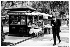 . . (Matías Brëa) Tags: calle street photography social documentalismo documentary blanco y negro black white bnw mono monochrome monocromo personas people gente
