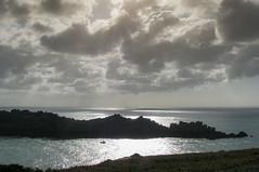 La pointe de Groin (balese13) Tags: bretagne cancale canon illeetvilaine s3is yourbestoftoday balese bateau ciel cloud contrejour eau ile mer nuages pixelistes pointedegroin powershot rocher sky water émeraude 250v10f 500v20f 1000v40f 1500v60f