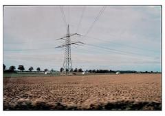 (schlomo jawotnik) Tags: 2019 oktober braunschweig salzgitter acker feld landleben landwirtschaft landeier strommast stromleitung stromversorgung energie hühnerstall bäume analog film kodak kodakportra160 usw