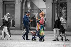 Meeting at Tinder   ;-)) (Digifred.nl) Tags: digifred 2019 nikond500 amsterdam nederland netherlands holland iamsterdam straat street city grachten streetphotography grachtengordel tinder dedam meeting sweeping date firstdate single smartphone flirten swipen matchen chatten fun