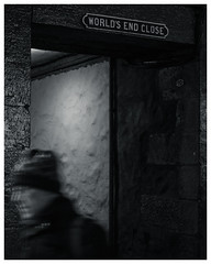 World's End Close, Royal Mile, Edinburgh (S.R.Murphy) Tags: edinburgh fujifilmxf35mmf2 night nov2019 urban urbanlandscape fujifilmxt2 nightphotography socialdocumentary streetphotography people bw bnw blackandwhite worldsendclose