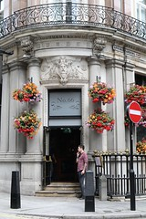 The Admiralty (just.Luc) Tags: pub café bar flowers bloemen fleurs blumen building gebouw gebäude bâtiment architectuur architecture architektur arquitectura royaumeuni verenigdkoninkrijk unitedkingdom grootbrittanië grandebretagne greatbritain england angleterre engeland londen london londres