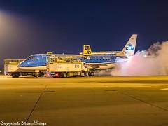 Deicing KLM Cityhopper PH-EXZ HAJ 122019 01 (U. Heinze) Tags: aircraft airlines airways airplane haj hannoverlangenhagenairporthaj flugzeug planespotting plane olympus omd eddv em1markii 12100mm