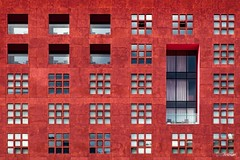 Intermezzo LXXX (Holger Glaab) Tags: bilbo bilbao architecture fassade red windows travelphotography city urban
