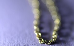 a gold chain (conall..) Tags: bokeh balls bokehballs macromondays chain nikon afs nikkor f18g lens 50mm prime primelens nikonafsnikkorf18g closeup raynox dcr250 macro desenfoque outoffocus narrow dof selective focus goldchain jewelry jewelrychain neclace necklace golden links