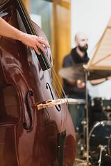 The Moove - La main du bassiste. (Domanni) Tags: exposition initiation people photographie saintsulpice themoove music