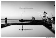 . . (Matías Brëa) Tags: paisaje urbano landscape urban agua water grua crane blancoynegro blackandwhite bnw mono monochrome monocromo