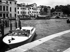190703-232 Venise (clamato39) Tags: olympus venise italie italy europe ville city urban urbain canal eau water blackandwhite bw monochrome noiretblanc