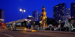 Hop05 ready for departure, Cathedral Square Station (johndecember) Tags: autumn usa fall wisconsin gallery december album transit milwaukee mke gobystreetcar 2019 brookvillelibertymodernstreetcar 21stcenturytransit 21stcenturystreetcar onthehoproute thehopmke tower home office downtown apartment headquarters residential nml northwesternmutual easttown 777northvanburenstreet spirit stjohnscathedral cathedralsquare cathedralofstjohntheevangelist nrhp statesignificance people passengers operator hoperator