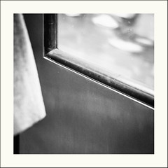 Evanescence (Napafloma-Photographe) Tags: 2019 architecturebatimentsmonuments détailsarchitecturaux france géographie métiersetpersonnages ouvragesdart paris personnes techniquephoto transports flou métro napaflomaphotographe photoderue photographe porte province quai quaidemétro streetphoto streetphotography ville