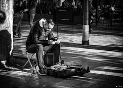 Ok google: Saxophone - mode d'emploi... /  Ok google: Saxophone-user manual... (vedebe) Tags: netb nb bw monochrome homme musique musicien ville city rue street urbain urban société
