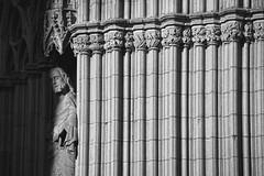 San Pedro toma el sol (Kasabox) Tags: iglesia church arquitectura architecture estatua statue arte art artistico artistic building barcelona bcn bn bw blanco negro black white luz light