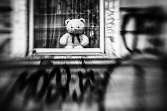 3484 (Elke Kulhawy) Tags: street streetphotographie lensbaby lensbabycomposer human people personen blackandwhite bnw bnwbw bw bwphotographie black monochrome monochromes streetart stadt surreal schwarzweiss strase surrealismus window teddy bonn