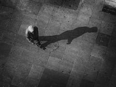Propósito (jantoniojess) Tags: blancoynegro bw blackandwhite monocromático monochrome sevilla seville spain panasoniclumixgx80 sombras shadow streetphotography street fotografíacallejera fotografíadecalle propósito purpose camino caminar