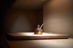 The Copper Pot Stage (ckilger) Tags: leicam10 dezember 2019 barcelona spanien pfanne pfännchen topf klein löffel bokeh restaurant hisop raum braun kupfer brett holz ooc sooc