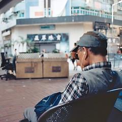 (a.pierre4840) Tags: olympus om4ti zuiko 35mmfilm kodak kodakektar100 colorfilm colourfilm 11 squareformat candid streetphotography dof depthoffield bokeh kowloon hongkong 28mm f2