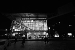 Seoul Station (Erol Cagdas) Tags: fujifilm fuji xt1 fujifilmxt1 1024mm xf1024mmf4 fujifilm1024mmf4 wide ultrawide blackwhite bw monochrome streetphotography street urban streetlife trainstation travellers people