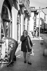 Santona - Novembre 2019 (Maestr!0_0!) Tags: noir blanc black white rue street people candid santona ville city espagne spain espana laughing woman