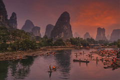 Evening Glow • Dämmerglühen (lidschlag60) Tags: yangshao china guilin raft habour li river dusk sunset mountain red travel sky flos hafen fluss abenddämmerung berg rot reise himmel water light people landscape