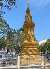 Wat Maneewanaram Memorial Chedi (DTHU0672) (Gerry Gantt Photography) Tags: scenic thailand temple wat ubonratchathani tambonnaimueang mueangubonratchathanidistrict watmaneewanaram watmaniwanaram watpaanoi ประเทศไทย จังหวัดอุบลราชธานี ตำบลในเมือง อำเภอเมืองอุบลราชธานี วัดมณีวนาราม วัดป่าน้อย