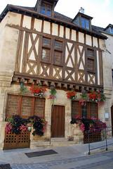 Avallon (89) : Office du tourisme (odile.cognard.guinot) Tags: yonne 89 avallon bourgogne bourgognefranchecomté 15esiècle maisonàpansdebois officedutourisme