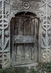 DSC03160-126 (R H Kamen) Tags: carvingcraftproduct maramures romania woodmaterial architecture day door doorway gate gateway outdoors rhkamen rope