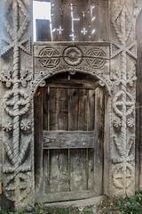 DSC03161-127 (R H Kamen) Tags: carvingcraftproduct maramures romania woodmaterial architecture day door doorway gate gateway outdoors rhkamen rope