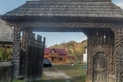 DSC03159-125 (R H Kamen) Tags: carvingcraftproduct maramures romania woodmaterial architecture day door doorway gate gateway outdoors rhkamen rope