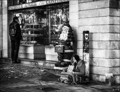 """Welcome""...Et le Père Noël a-t-il faim?  /   And is Santa Claus hungry? (vedebe) Tags: noiretblanc netb nb bw monochrome humain human people ville city rue street urbain urban noël société social"