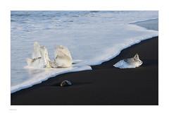 Iceland 2019 (Michael Fleischer) Tags: iceland landscape colour black beach sand gravel ice figure morning light sea wave foam icecrystal stone nikon d810 nikkor 70200mm f40 vr autumn shadow pattern texture jökulsárlón diamondbeach fellsfjara