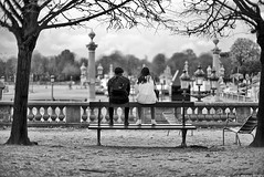 En noir et blanc (Mathieu HENON) Tags: leica leicam noctilux 50mm m240 monochrome laphotodulundi nb bw bnw noirblanc blackwhite street streetphoto streetlife photoderue france paris 1ier arrondissement jardindestuileries concorde place banc touristes couple contemplation pointdevue