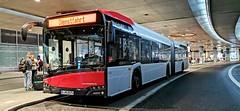 Ein Solaris Urbino Gelenkbus der Rheinbahn wartet am Terminal C des Düsseldorfer Flughafens auf seinen nächsten Einsatz als Linie 721 (claudio.bickel98) Tags: bus solaris urbino gelenkbus düsseldorf nrw flughafen airport öpnv linie721