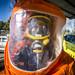 Infermera del SEM vestida amb la granota taronja de protecció davant un incident NRBQ