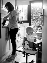 Dans la cuisine (Dahrth) Tags: panasonicmicroquatretiers micro43 microfourthirds gf1 lumixgf1 lumixμ43 gf120 lumix20mm 20mmpancake 20mm17 kitchen cuisine bébé baby woman femme mother daughter noiretblanc nb blackandwhite bw