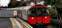 Ein Piccadilly Line Zug nach Heathrow Terminals 2,3 und 5 erreicht den Bahnhof Northfields im Südwesten Londons (claudio.bickel98) Tags: londonunderground piccadillyline transportforlondon northfields london publictransport ubahn england greatbritain