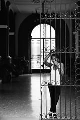 Régimen abierto. (Carlos Arriero) Tags: santiagodecuba cuba cementeriofidelcastro blackandwhite blancoynegro bw bn noiretblanc monochrome people personas portrait retrato streetphoto urbanphoto composición composition viajar travel fotosíntesis carlosarriero nikon d800e 2470f28 tamron mujer woman régimenabierto contraste