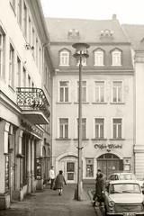 1972 Gera, früh am Markt 01 (zimmermann8821) Tags: fotografie geraostthüringen geschichte historischegebäude architektur gebäude strase stadt pkw thüringen rathaus gaststätte buchhandlung süserwinkel markt
