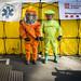 Infermera i tècnic d'emergències sanitàries del SEM amb les granotes de protecció, guants i botes segellats que s'utilitzen en casos d'incidents NRBQ