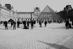 touristes (laurent.triboulois) Tags: blackandwhite city ville downtown people gens touristes paris pyramide
