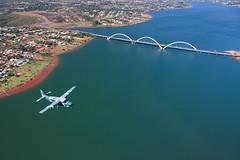 Assim como uma ponte que serve para integrar as pessoas que estão em suas extremidades, o avião C-98 Caravan da Força Aérea Brasileira cumpre a mesma missão: integrar. (Johnson Barros) Tags: fotojohnsonbarros c98caravan eta6 cessna208caravan brasília df brasil pontejk flight voo lago ponte verde lake