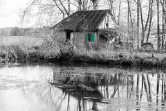 2019_12_08_002029-6 (Leon Brest) Tags: schwarz weis reflektion hütte weiher verfall alt